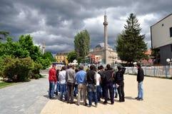 Группа в составе иностранные туристы посещая старую часть Prishtina Стоковая Фотография