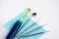 Группа в составе инструменты и аксессуары для зубоврачебных обработки и предохранения Стоковые Фотографии RF