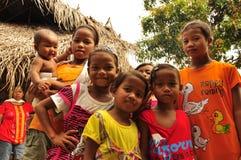Группа в составе индигенные дети в селе Стоковое Изображение