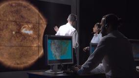 Группа в составе исследует исследуя солнечную деятельность сток-видео