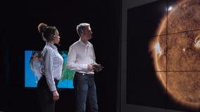 Группа в составе исследует исследуя солнечную деятельность видеоматериал