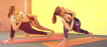 Группа в составе кавказские женщины практикуя йогу в классе Стоковые Изображения RF