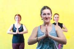 Группа в составе кавказские женщины практикуя йогу в классе Стоковые Изображения