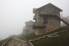 Группа в составе каменные дома на холме в тумане Стоковое фото RF