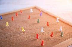 Группа в составе канцелярские кнопки прикалыванные на corkboard стоковые изображения rf