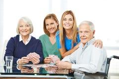 Группа в составе карточки старших людей играя Стоковое фото RF