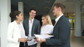 Группа в составе коллеги обсуждая бизнес-планы акции видеоматериалы