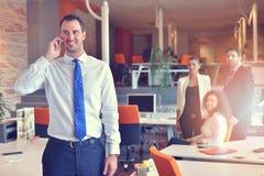 Группа в составе коллеги работая совместно в офисе Стоковое фото RF