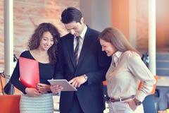 Группа в составе коллеги работая совместно в офисе Стоковая Фотография