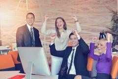 Группа в составе коллеги работая совместно в офисе Стоковые Изображения RF