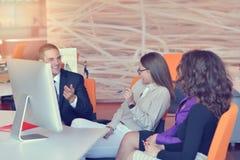Группа в составе коллеги работая совместно в офисе Стоковые Фото