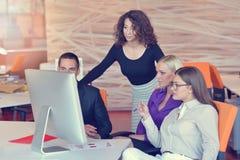 Группа в составе коллеги работая совместно в офисе Стоковое Изображение