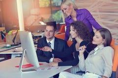 Группа в составе коллеги работая совместно в офисе Стоковые Фотографии RF