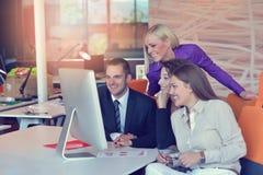 Группа в составе коллеги работая совместно в офисе Стоковое Изображение RF