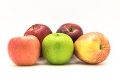 Группа в составе конца-вверх бабушка Смит, красно- очень вкусное, торжественный, яблоки Фудзи стоковая фотография rf