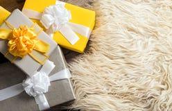 Группа в составе коробка рождества желтая и серая подарков Стоковые Фото