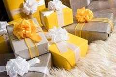 Группа в составе коробка рождества желтая и серая подарков Стоковое фото RF