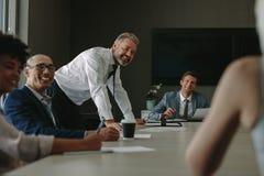 Группа в составе корпоративные профессионалы во время встречи Стоковая Фотография
