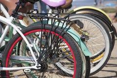Группа в составе 2, который катят велосипеда на побережье Del Mar, Сан умирает Стоковое Изображение RF