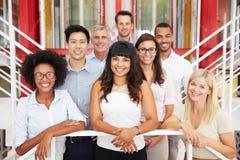 Группа в составе коллеги работы стоя в лобби офиса Стоковая Фотография RF
