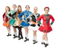 Группа в составе красивые женщины в платьях для Ирландского танцует изолированный Стоковое фото RF