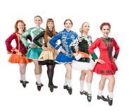 Группа в составе красивые женщины в платьях для Ирландского танцует изолированный Стоковые Фотографии RF