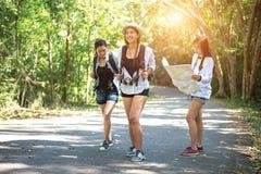 Группа в составе красивые молодые женщины идя в лес, наслаждаясь каникулами, Стоковая Фотография
