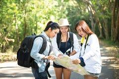 Группа в составе красивые молодые женщины идя в лес, Стоковая Фотография RF
