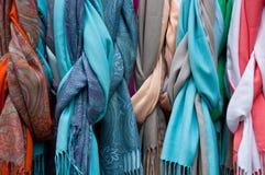 Группа в составе красивые покрашенные шарфы в хлопке и шерстях Стоковые Изображения