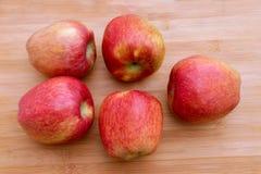 Группа в составе красные яблоки на деревянной поверхности стоковые изображения