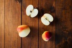Группа в составе красные яблоки с отрезанное одним Стоковое фото RF
