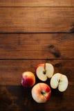 Группа в составе красные яблоки с отрезанное одним Стоковые Изображения RF