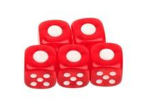 Группа в составе красный цвет 5 dices с одно на верхней части на белой предпосылке Стоковая Фотография