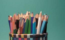 Группа в составе красочные карандаши в предпосылке сини океана стоковая фотография