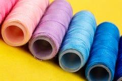 Группа в составе красочные катышкы потока используемые к шить, needlework и вышивке над яркой желтой предпосылкой стоковые изображения rf