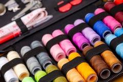 Группа в составе красочные катышкы потока используемые к шить, needlework и вышивке над яркой желтой предпосылкой стоковые фотографии rf