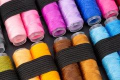 Группа в составе красочные катышкы потока используемые к шить, needlework и вышивке над яркой желтой предпосылкой стоковые изображения