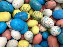 Группа в составе красочные яйца шоколада стоковое фото