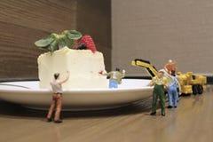 Группа в составе крошечные миниатюрные ремесленники работая совместно стоковая фотография rf