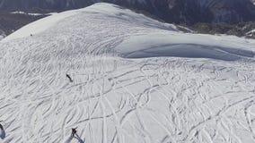 Группа в составе лыжники и snowboarders производить покрытой снегом верхней части холма акции видеоматериалы