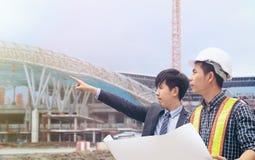 Группа в составе люди инженера работая на строительной площадке Стоковые Фотографии RF