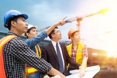 Группа в составе люди инженера работая на строительной площадке Стоковое Изображение