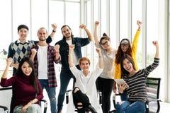 Группа в составе люди разнообразия объединяются в команду усмехаться и жизнерадостные в работе успеха на современном офисе Творче стоковые фото