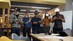 Группа в составе люди хипстера печатая что-то в стеклах виртуальной реальности vr во время дня работы видеоматериал