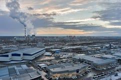 Группа в составе магазины автомобиля и железнодорожный узел Tyumen Россия Стоковая Фотография