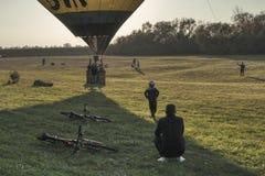 Группа в составе мальчики ждет воздушный шар для того чтобы начать стоковая фотография