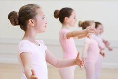 Группа в составе маленькие девочки в классе танцев балета Стоковая Фотография RF