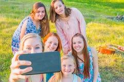 Группа в составе маленькие девочки принимая Selfie Стоковое Изображение RF