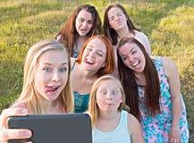 Группа в составе маленькие девочки принимая Selfie Стоковые Изображения RF