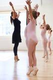 Группа в составе маленькие девочки с учителем в классе танцев балета Стоковые Изображения RF